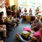 Verena Rossbacher und viele gespannte Zuhörer