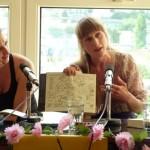 Verena Rossbacher zeigt eine Zeichnung in ihrem Buch